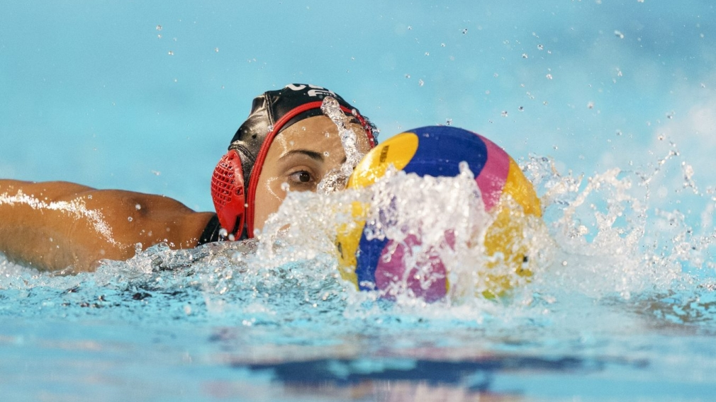 JOELLE BEKHAZI swimming towards ball