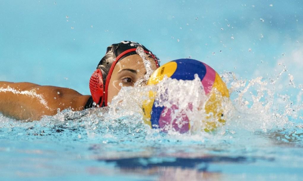 JOELLE BEKHAZI swimming towards ball
