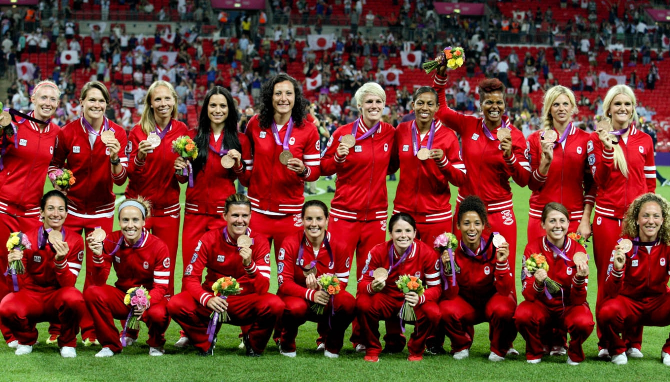 Canada's women's soccer team pose with their London 2012 medals