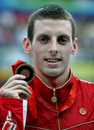 Ryan Cochrane shows off his bronze medal in men's 1500 metre freestyle at the swimming finals at Beijing 2008. (Mike Ridewood)