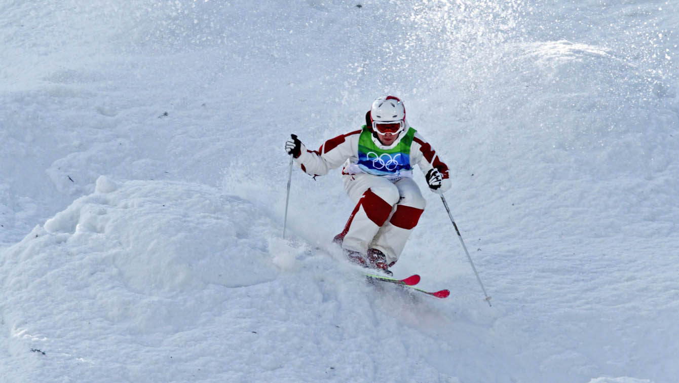 Alex Bilodeau skiies around mogul in Vancouver 2010