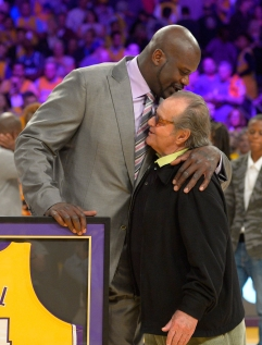 Shaquille O'Neal kisses Jack Nicholson on the head after the retirement of his jersey by the Lakers. Photo: CP