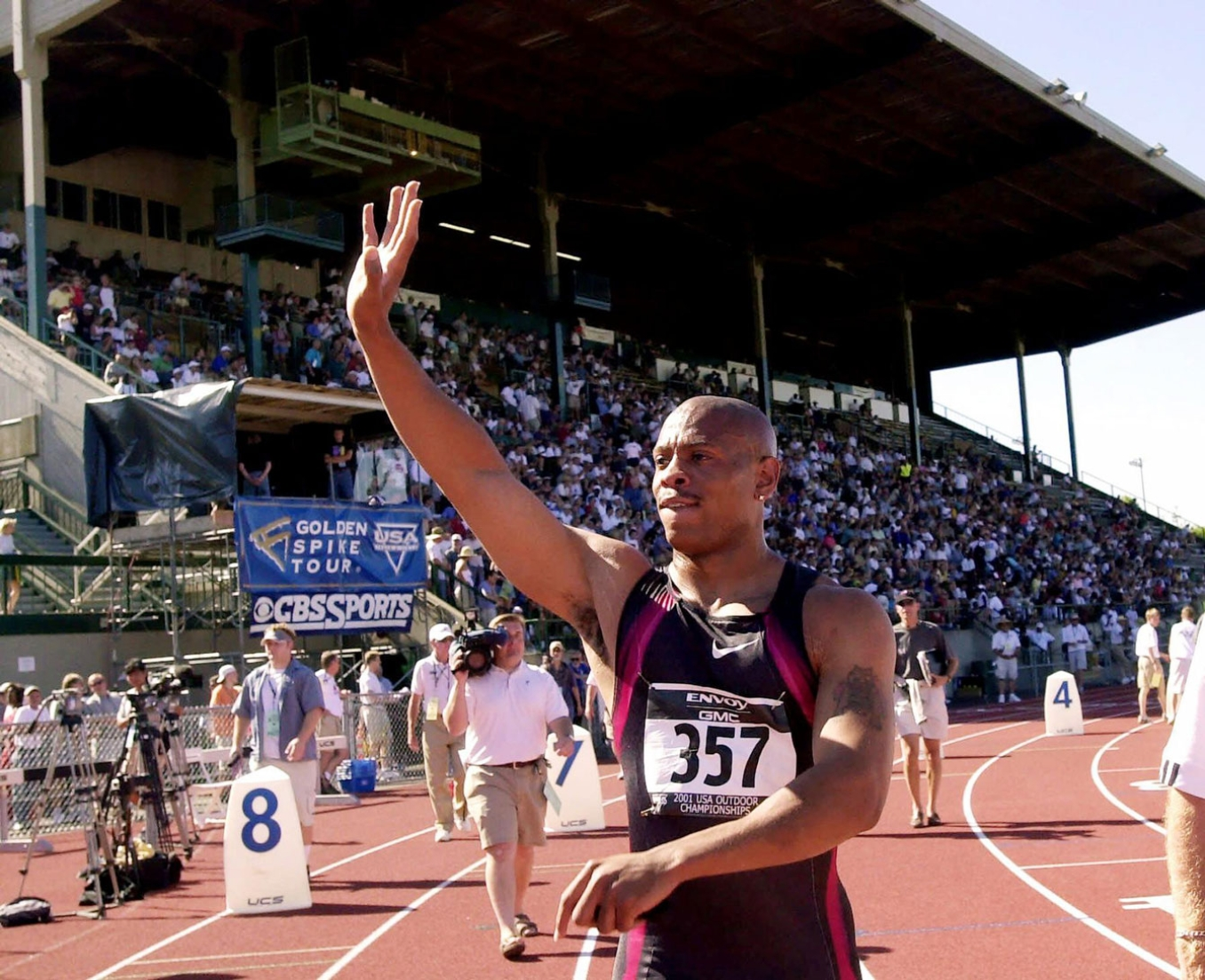 Maurice Greene waves to the Hayward Field crowd during the 2001 Track and Field Worlds. Photo: CP