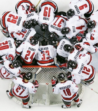 Team Canada huddles before a preliminary game vs Finland at the 2005 World Juniors (Photo: CP)