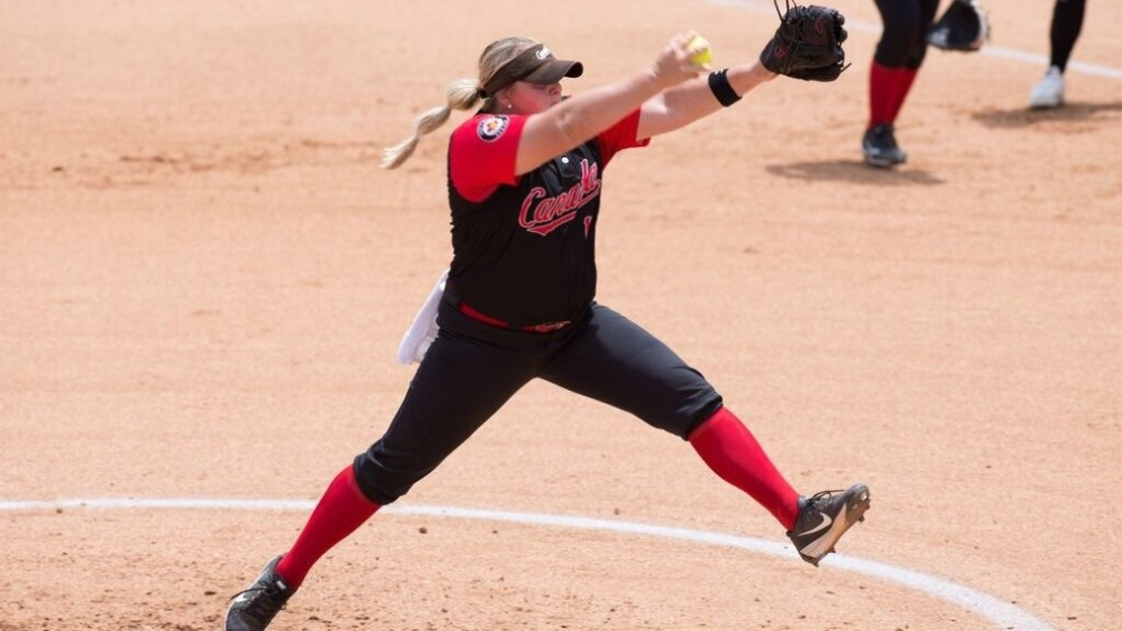 Sara Groenewegen pitching