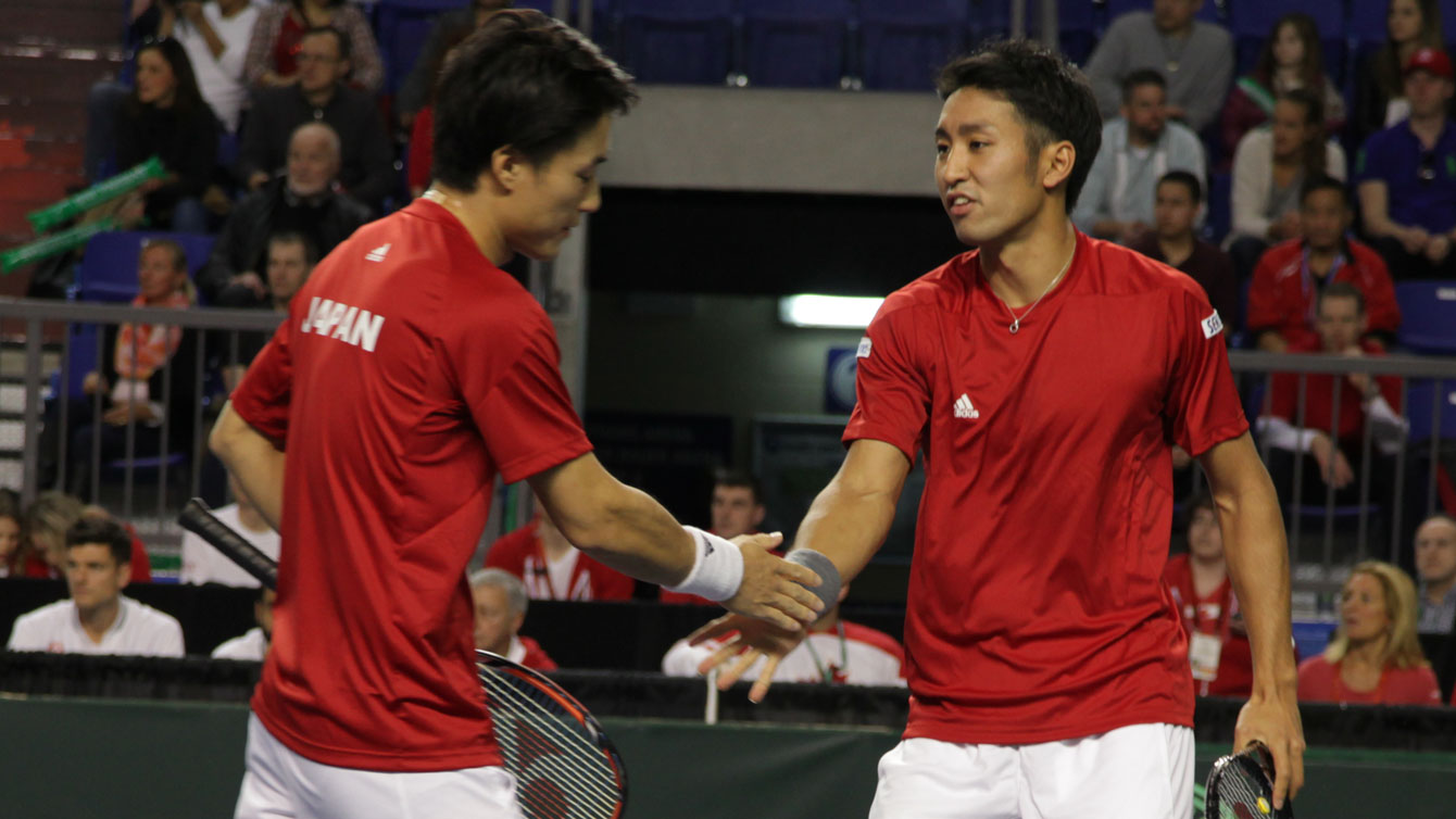 Soeda (left), congratulated by Uchiyama after the pair won a point in the first set.