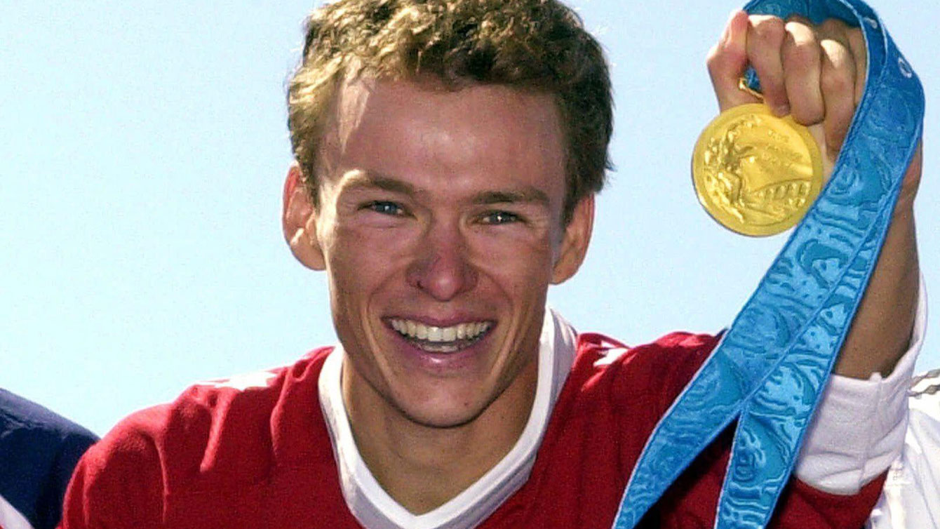 Simon Whitfield, posing with his medal during Sydney 2000