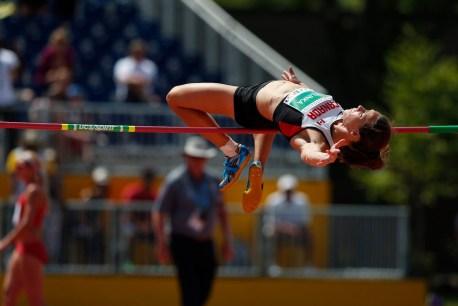 Jessica Zelinka competing