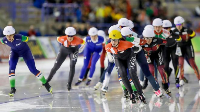 Ivanie Blondin (front, right) during the World Cup mass start in Calgary on November 15, 2015.