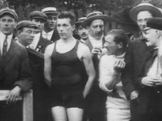 George Hodgson, center, eagerly awaiting the results of the test of 400 meters at the Olympic Games in Stockholm in 1912.