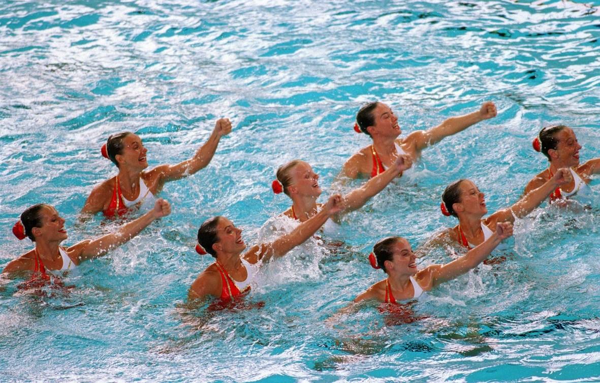 Canada's Synchronized Swimming team perform their routine at the 1996 Atlanta Summer Olympic Games. (CP PHOTO/COC/Scott Grant) L'équipe de nage synchronisée du Canada participe aux Jeux olympiques d'Atlanta de 1996. (PC Photo/AOC)