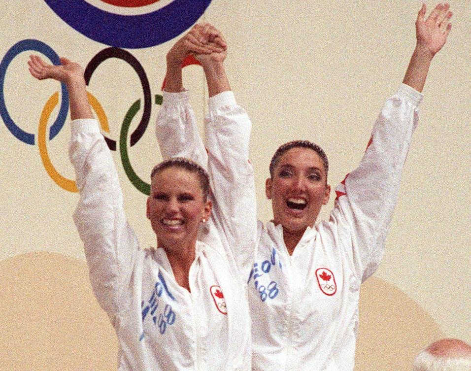 Canada's Carolyn Waldo (left) and Michelle Cameron celebrates her gold medal win in the synchronized swimming duet event at the 1988 Olympic games in Seoul. (CP PHOTO/ COC/ Ted Grant) Carolyn Waldo (gauche) et Michelle Cameron du Canada célèbrent après avoir remporté une médaille d'or en nage synchronisée en duo aux Jeux olympiques de Séoul de 1988. (PC Photo/AOC)