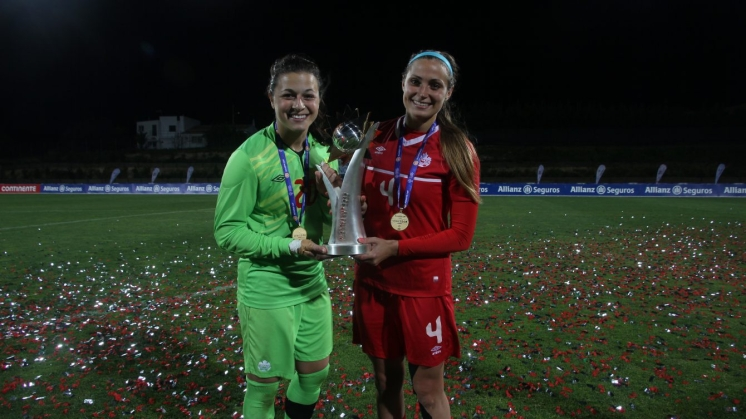 Sabrina D'Angelo (left) holding the Algarve Cup with Zadorsky (right), March 9th 2016.