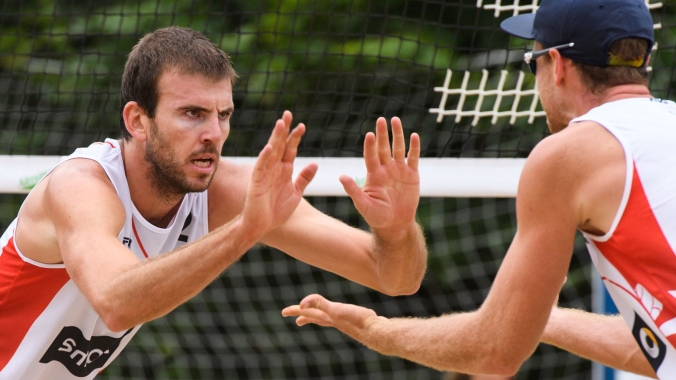 Ben Saxton (left) with Chaim Schalk at the Hamburg Major in June 2016 (Photo: FIVB).