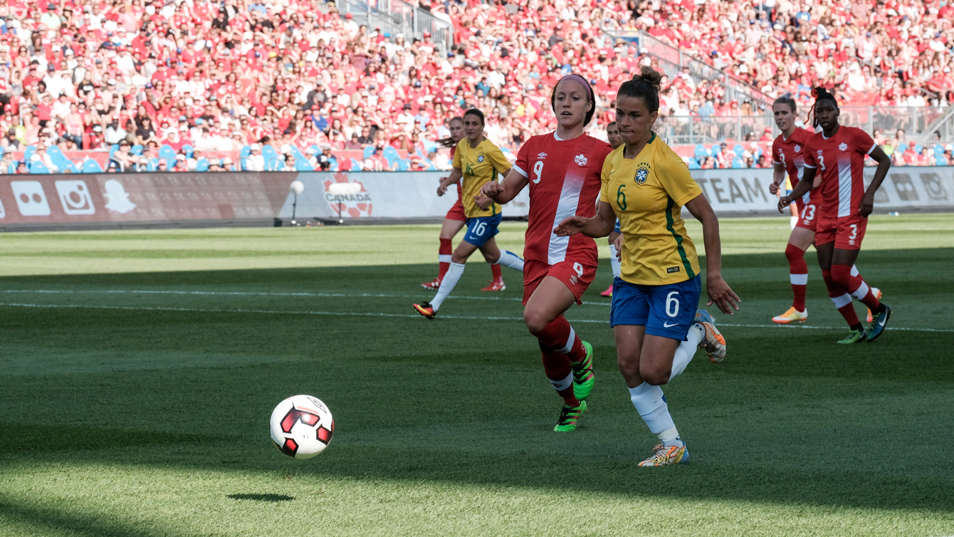 Josee Belanger chases the ball against Brazil on June 4, 2016 against Brazil in Toronto (Thomas Skrlj/COC)