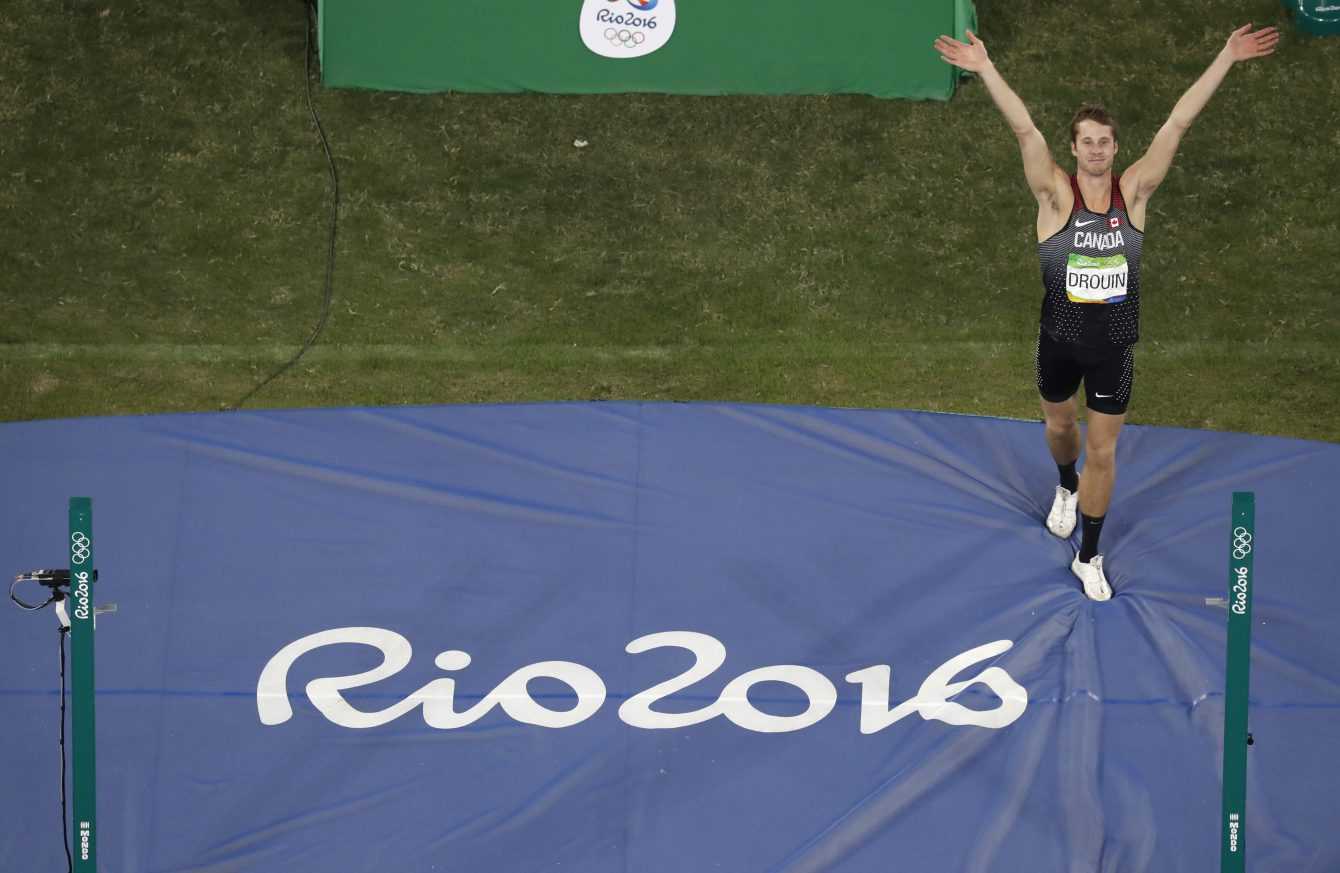 Canada's Derek Drouin acknowledges the crowd after his last attempt during the high jump finals during the athletics competitions of the 2016 Summer Olympics at the Olympic stadium in Rio de Janeiro, Brazil, Tuesday, Aug. 16, 2016. (AP Photo/Morry Gash)