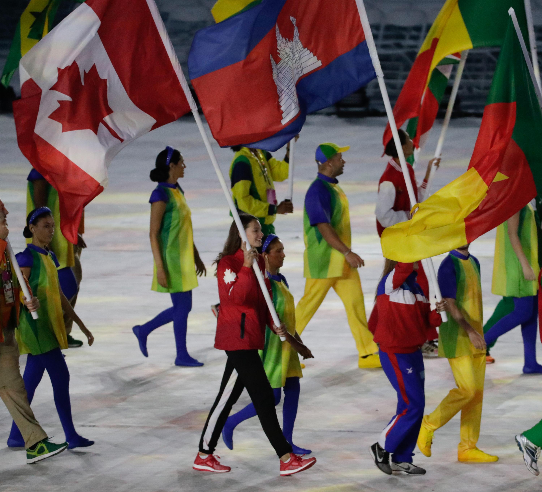 Penny Oleksiak as the closing flag bearer during Rio 2016 (COC/Jason Ransom)