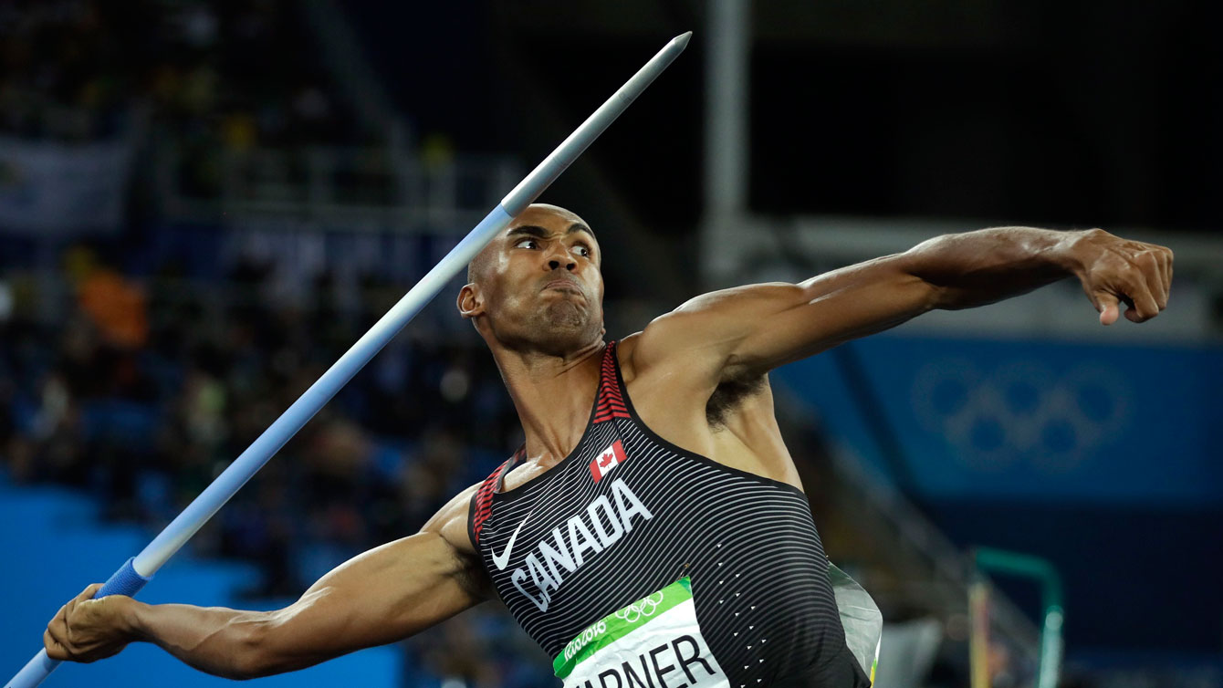 Damian Warner tosses the javelin during Olympic decathlon on August 18, 2016 in Rio de Janeiro.