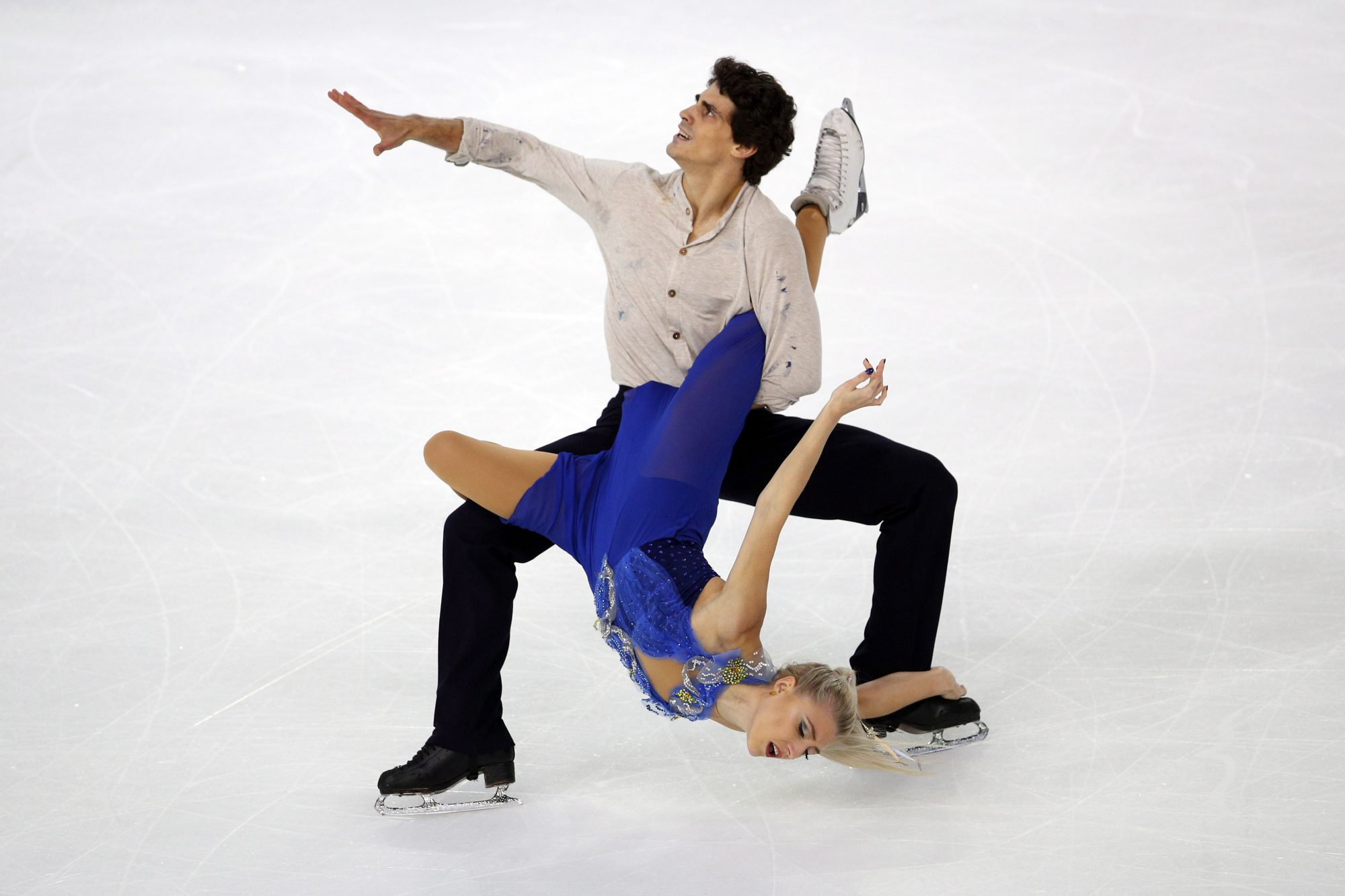 Piper Gilles and Paul Poirier perform a lift