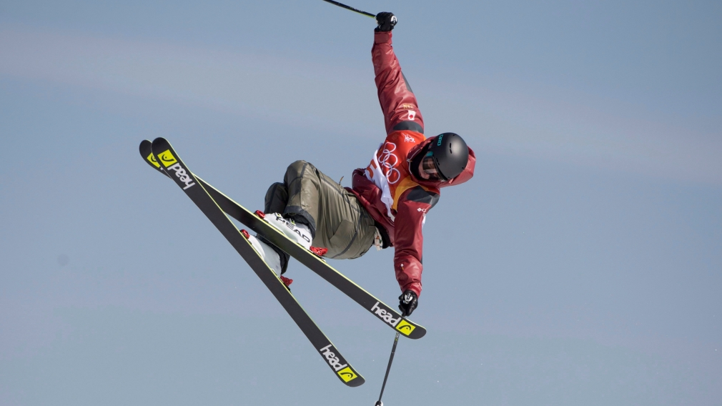 Evan McEachran in the air during a men's slopestyle eventl.