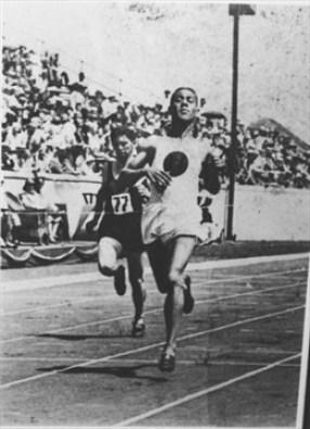 Ray Lewis running at the 1934 British Empire Games. (Photo: Hamilton Spectator)