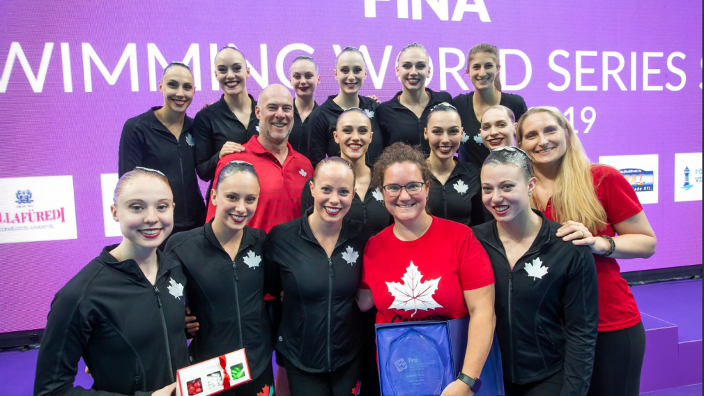 Canadian artistic swimming team posing