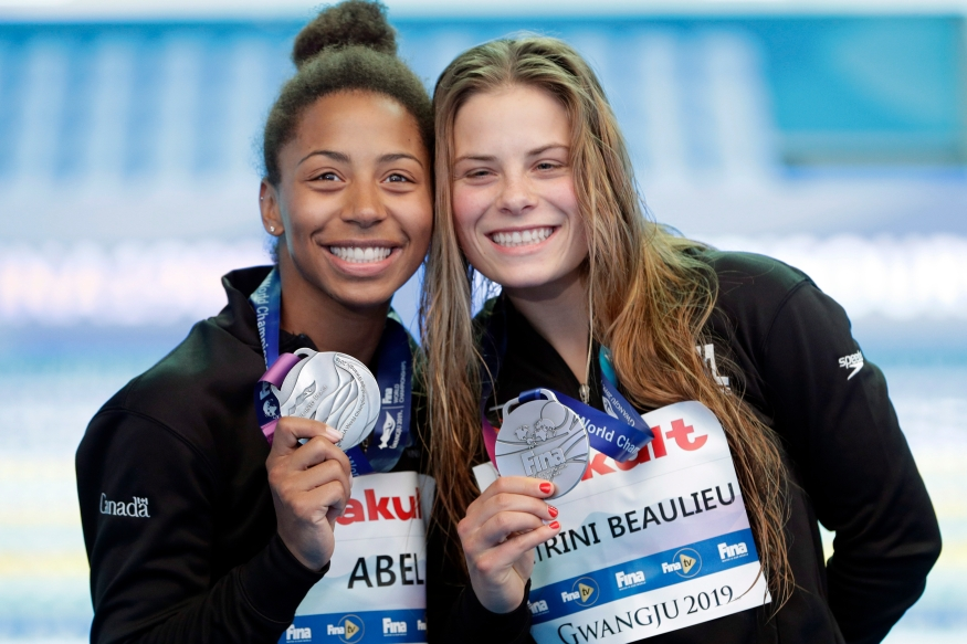 Jennifer Abel and Melissa Citrini Beaulieu of Canada hold their silver medals