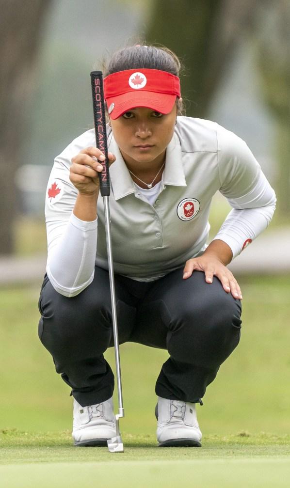 golfer lines up a put