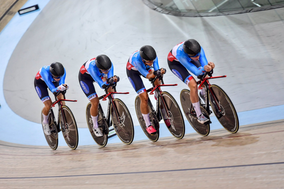 Women's team pursuit squad racing