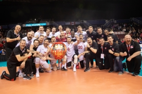 The men's volleyball team poses for a photo after qualifying for Tokyo 2020.