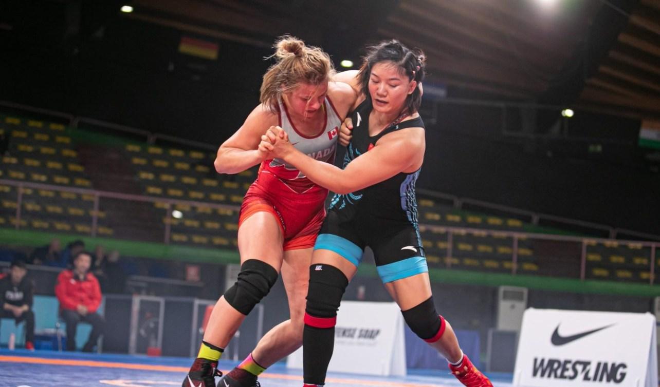 Erica Wiebe wrestles Zhou Quian