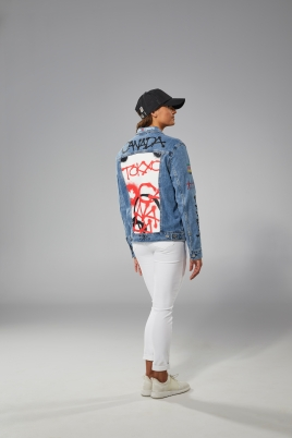 Kylie Masse back to camera in Tokyo 2020 closing ceremony jean jacket