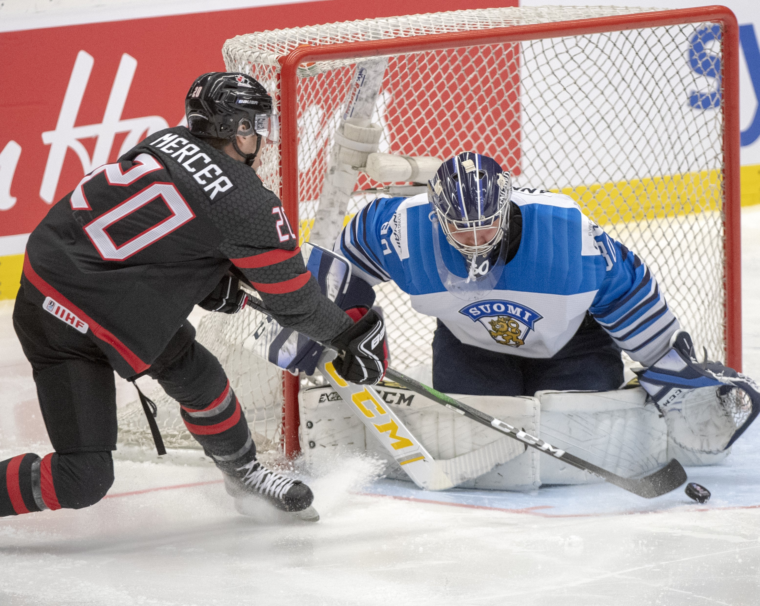 un joueur de hockey devant un gardien de but.