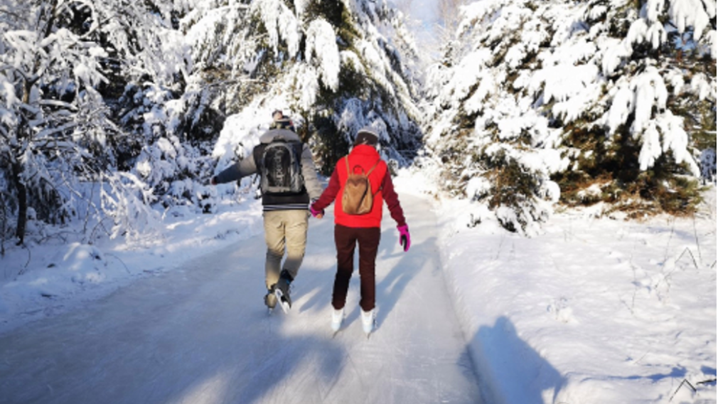 Lac des Loups offers a unique skating experience at the heart of the forest.