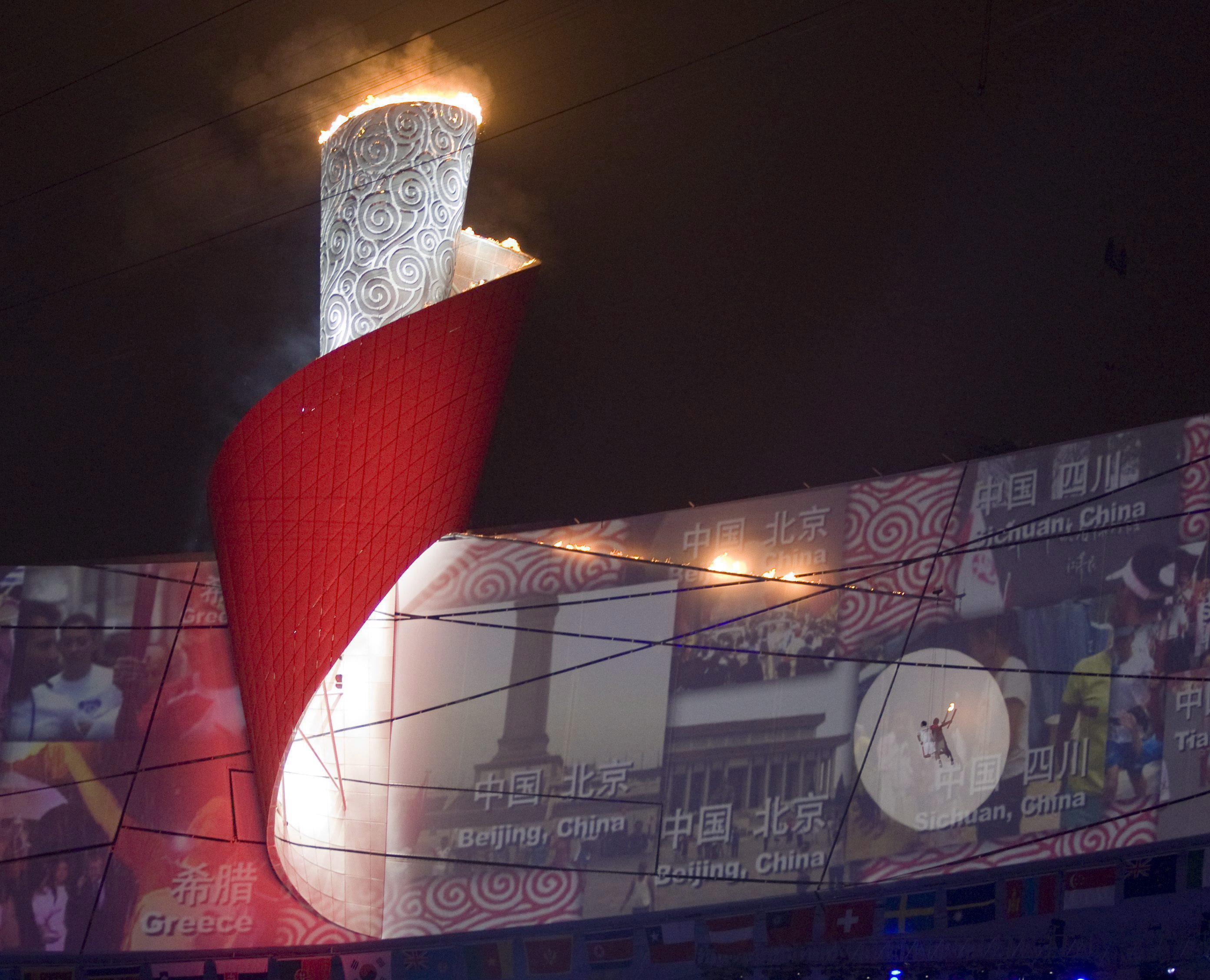 La vasque olympique est allumée lors des Jeux de Beijing 2008