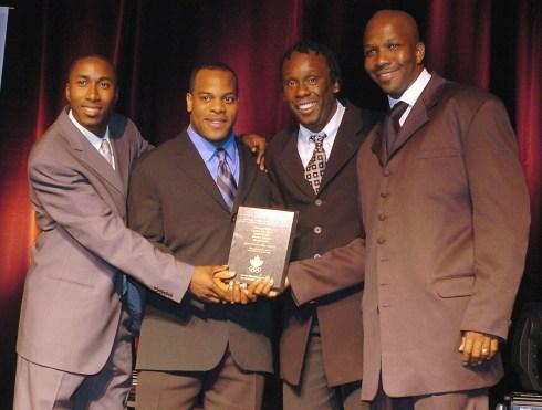 Robert Esmie, Carlton Chambers, Bruny Surin et Donovan Bailey lors de leur cérémonie d'introduction au au Temple de la renommée olympique du Canada en 2004