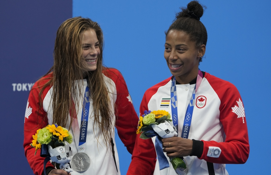 Melissa Citrini-Beaulieu and Jennifer Abel pose with silver medals