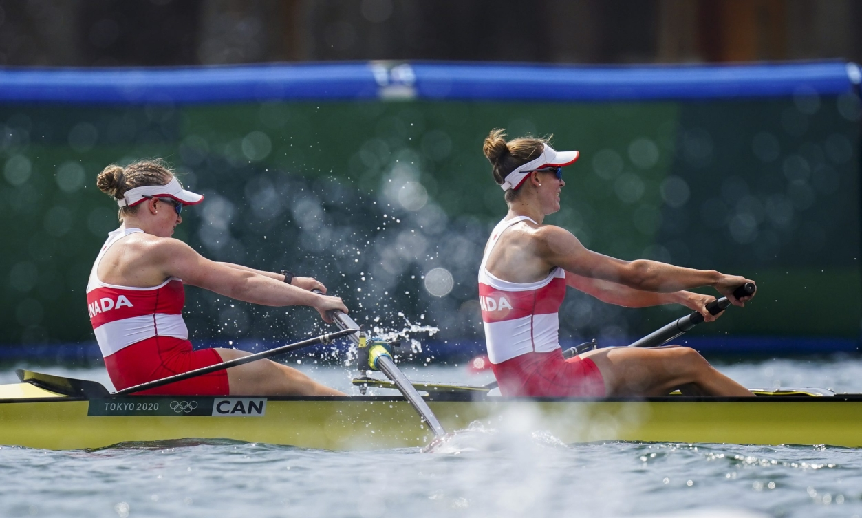 Filmer and Janssens in middle of rowing race