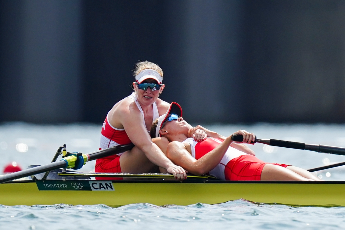 Rower collapses on teammate at end of race