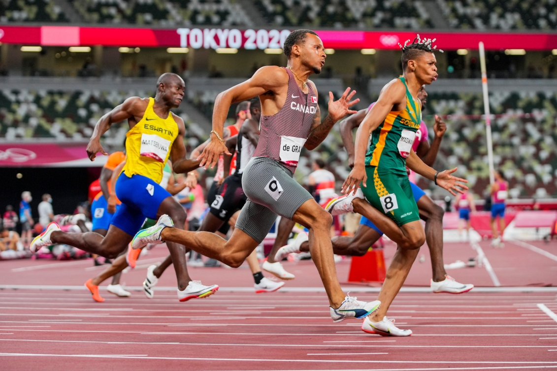 Andre De Grasse runs in the 200m