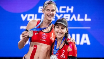 Sarah Pavan (left) and Melissa Humana-Paredes hold up their silver medals.
