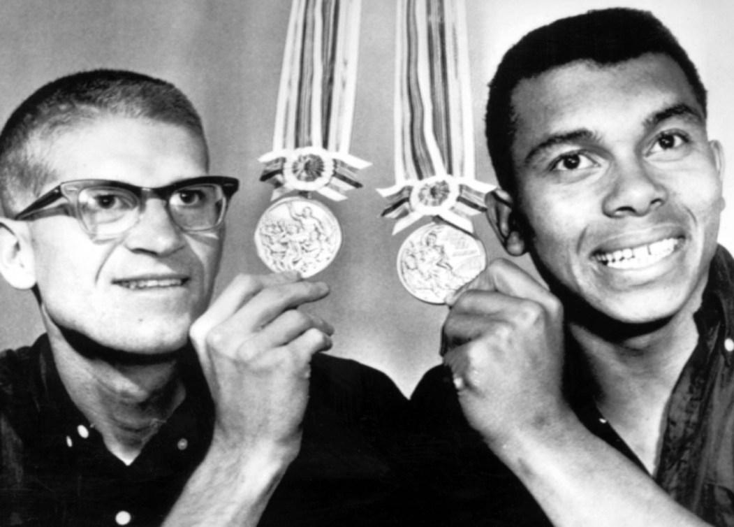Bill Crothers et Harry Jerome sourient en montrant leurs médailles.