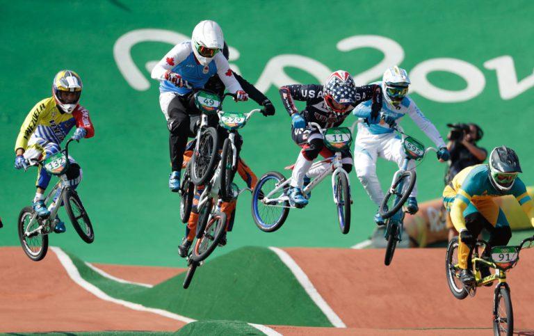 6 cyclistes de BXM font un saut à vélo.