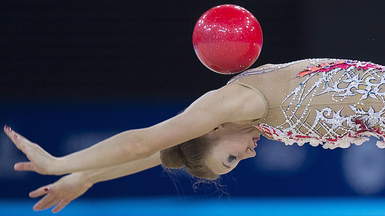 La Canadienne Patricia Bezzoubenko lors de la portion du ballon en gymnastique rythmique aux Jeux du Commonwealth
