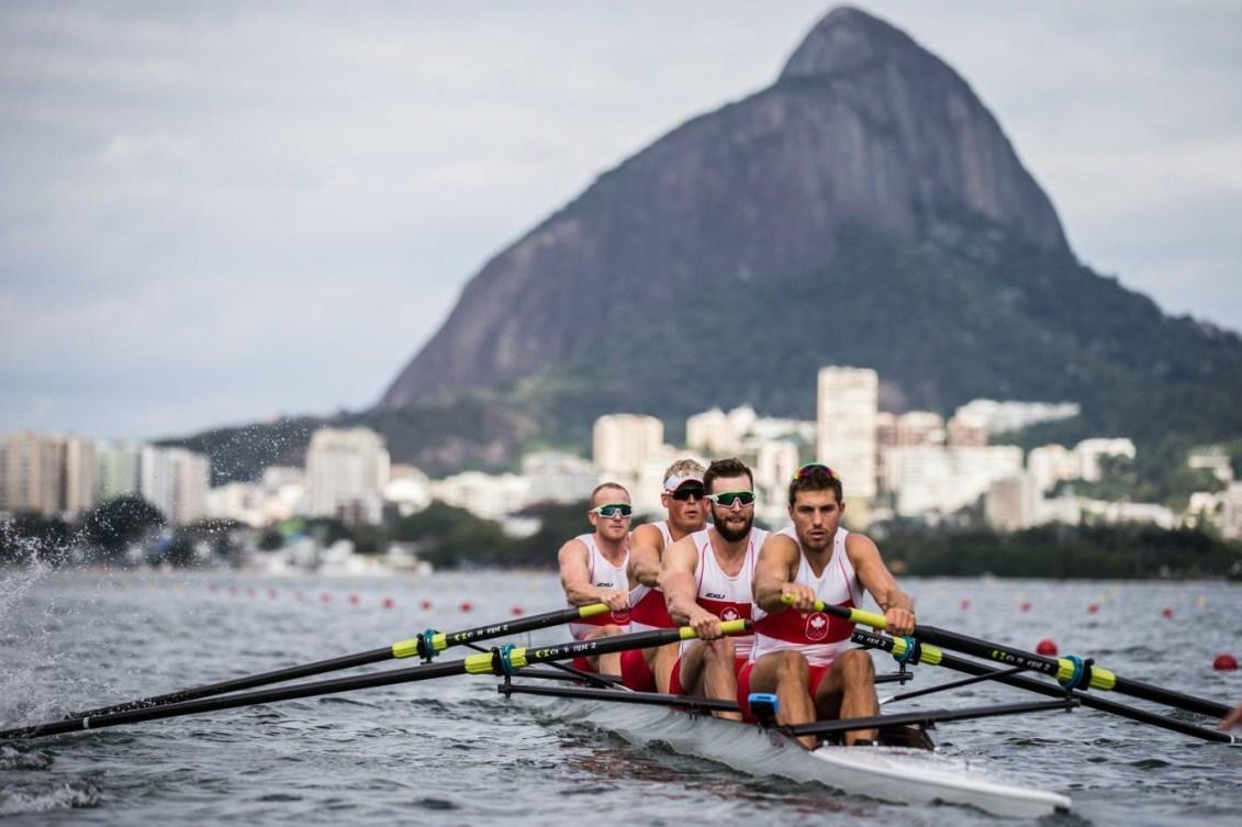 Les canadiens en action sur leur aviron.