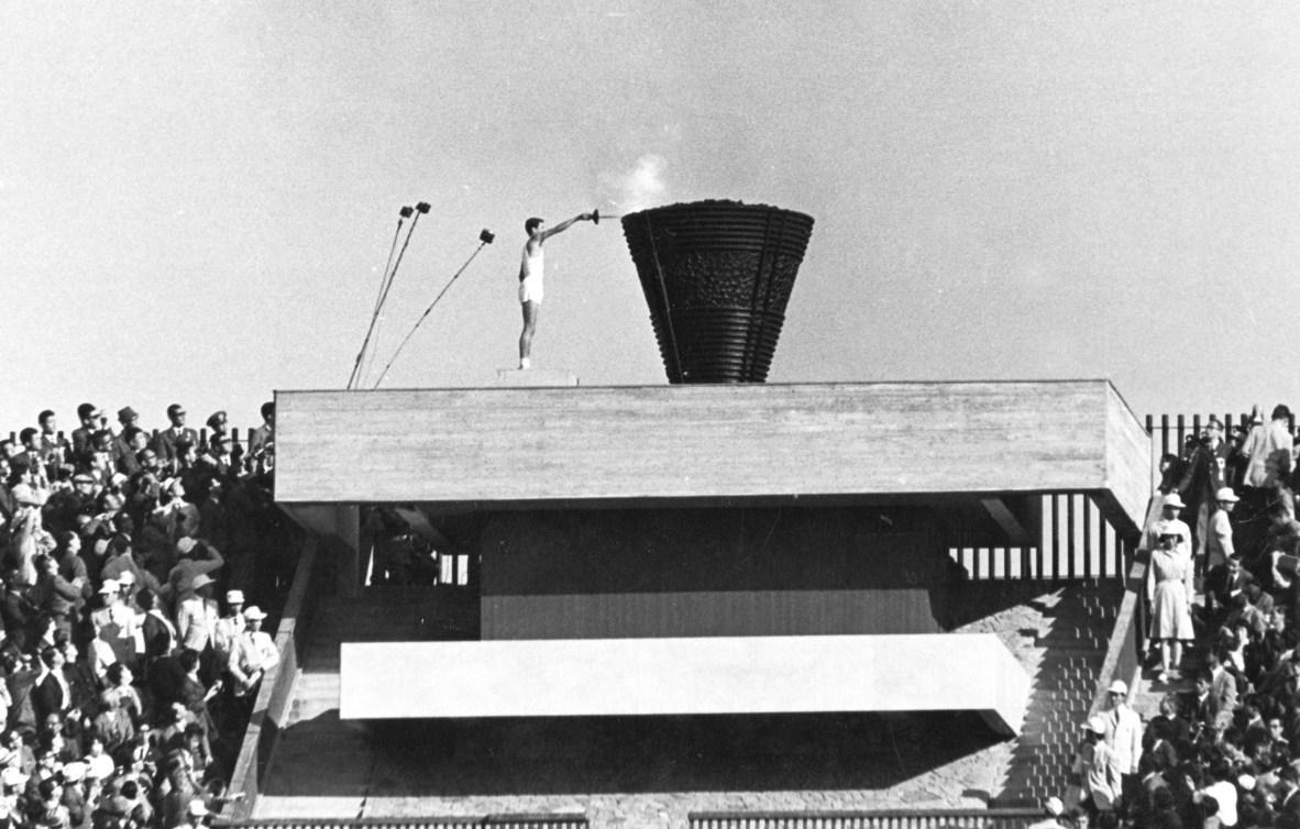 Sur cette photo du 10 octobre 1964, le coureur japonais Yoshinori Sakai allume la vasque olympique lors de la cérémonie d'ouverture des Jeux de Tokyo 1964. Sakai est né à Hiroshima le 6 août 1945, le jour où la l'arme nucléaire a détruit cette ville. Il symbolise la renaissance du Japon après la Deuxième Guerre mondiale en allumant la flamme. (AP Photo)