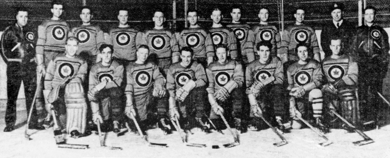 L'équipe canadienne de hockey sur glace des Jeux d'hiver de St Moritz en 1948 , représentée par les Flyers de l'ARC, est en chemin vers la médaille d'or. (CP Photo/COC)