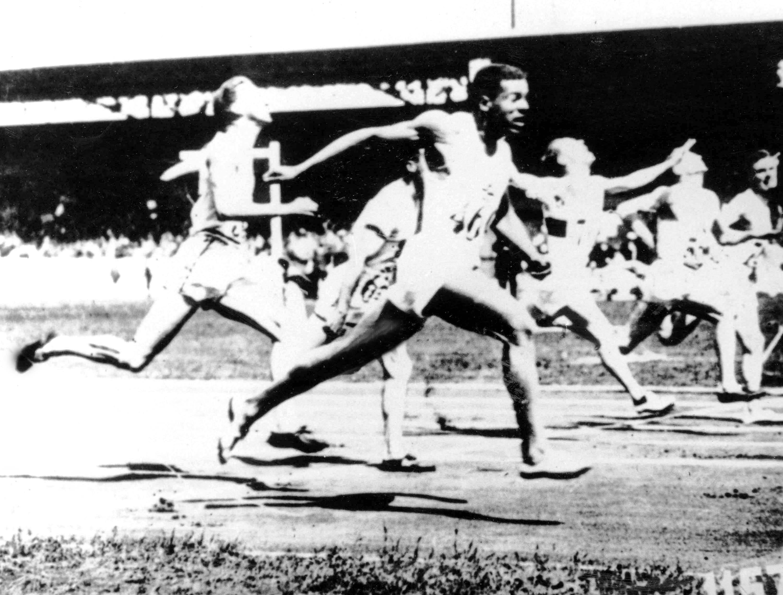 Le Canadien Phil Edwards (en avant plan) lors d'une épreuve d'athlétisme aux Jeux d'Amsterdam 1928. (CP Photo/COC)