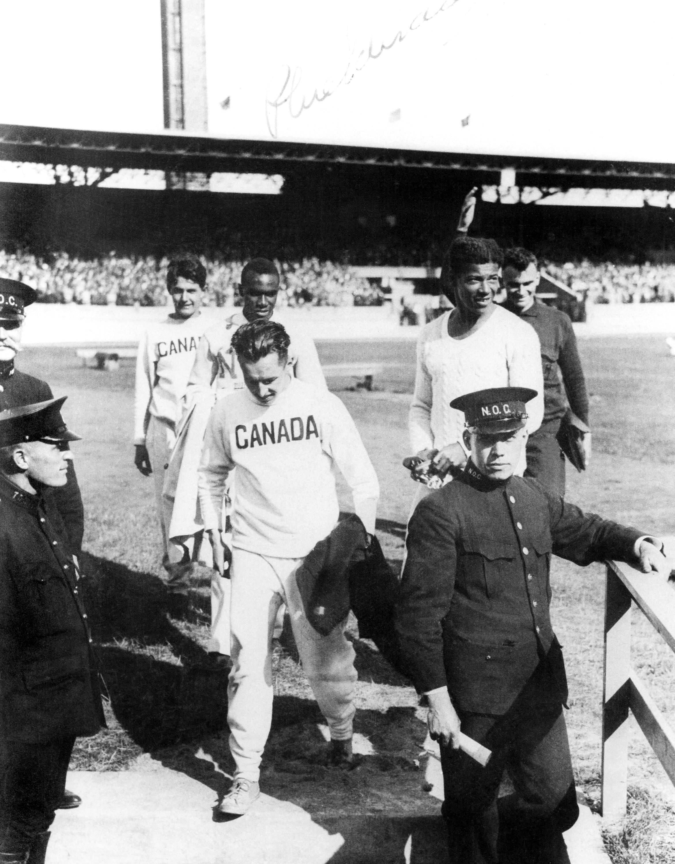 Le Canadien Phil Edwards (milieu au centre) prend part à une épreuve d'athlétisme aux Jeux de Los Angeles en 1932. (CP Photo/COC)