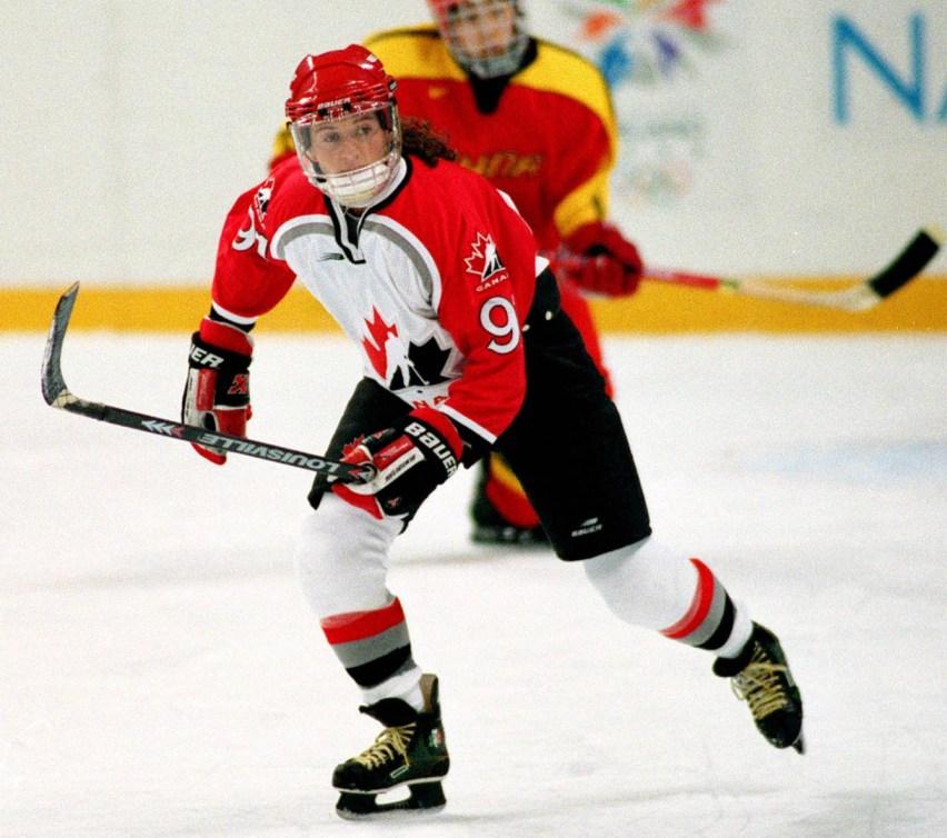 Heaney patine en uniforme d'Équipe Canada